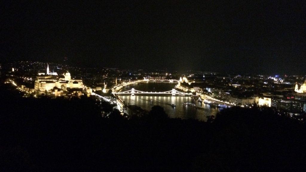 Kettenbrücke und Burgberg bei Nacht