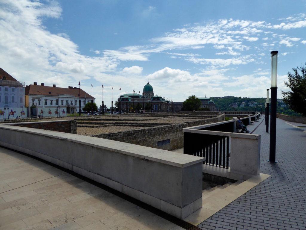 Ausgrabungsfeld an der ungarischen Nationalgalerie