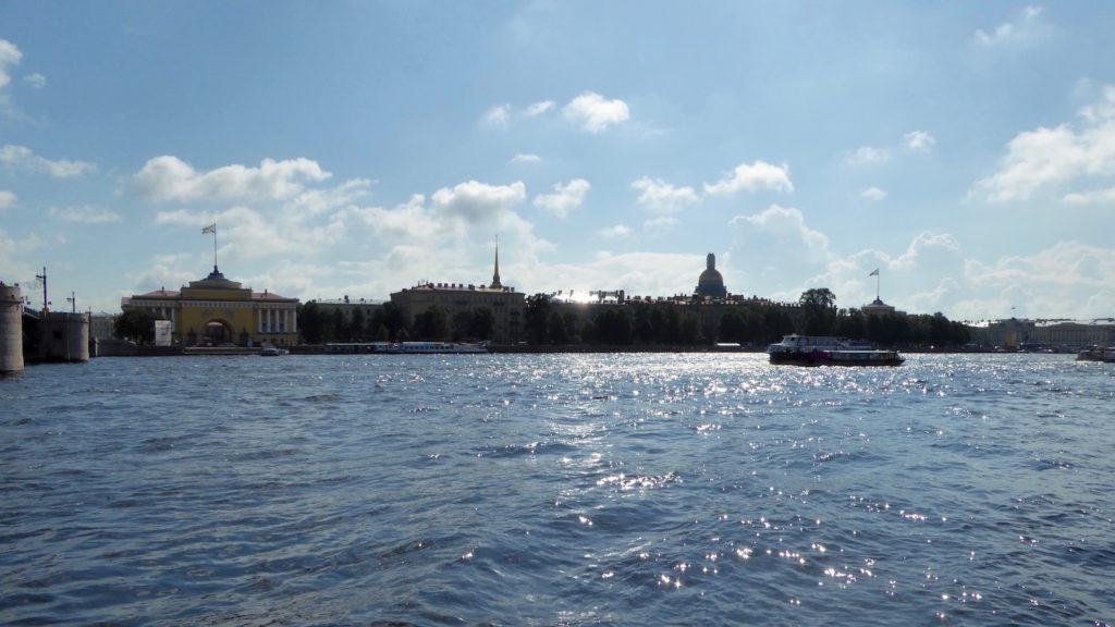 Blick auf St. Petersburg über die Neva