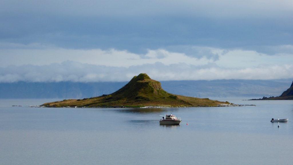 Berg mit Fischerboot