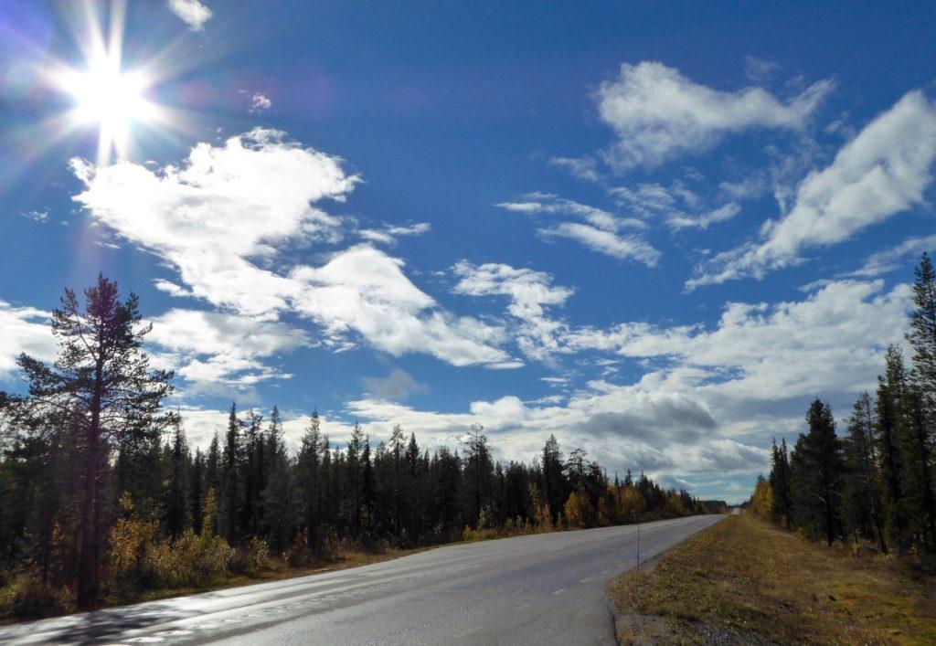 Wölkchen auf blauem Himmel