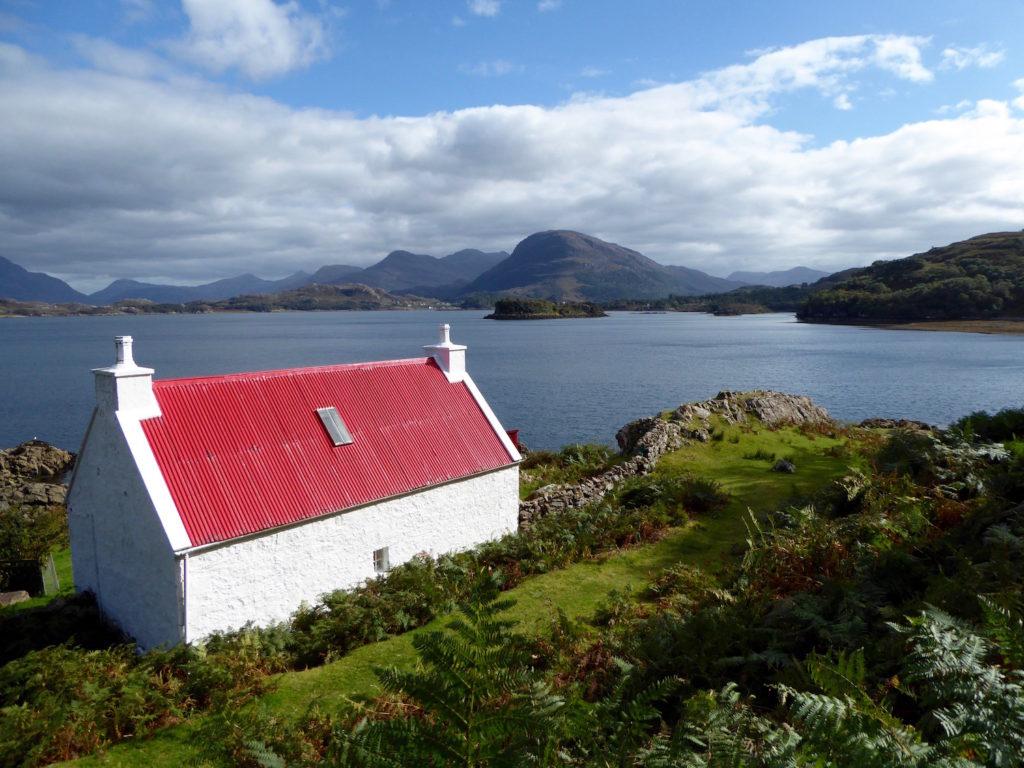 Haus mit rotem Dach an Küste