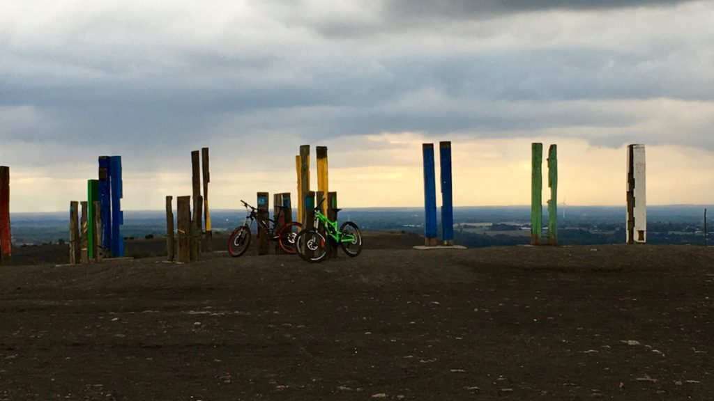 Kunstinstallation Totems mit Bikes