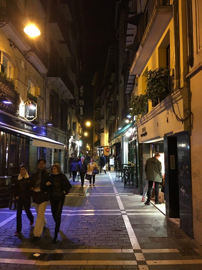 Altstadtgasse bei Nacht, Pamplona, Navarra, Spanien