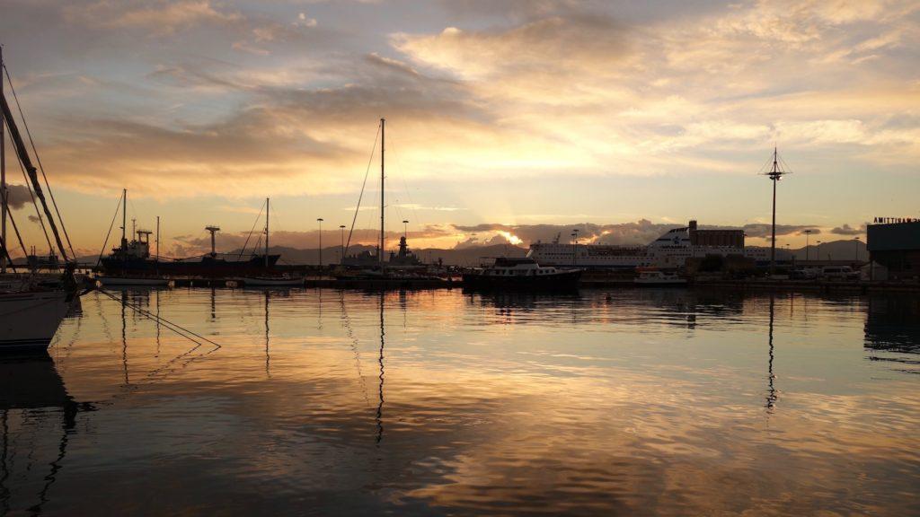 Hafen Cagliari bei Sonnenuntergang, Sardinien, Italien