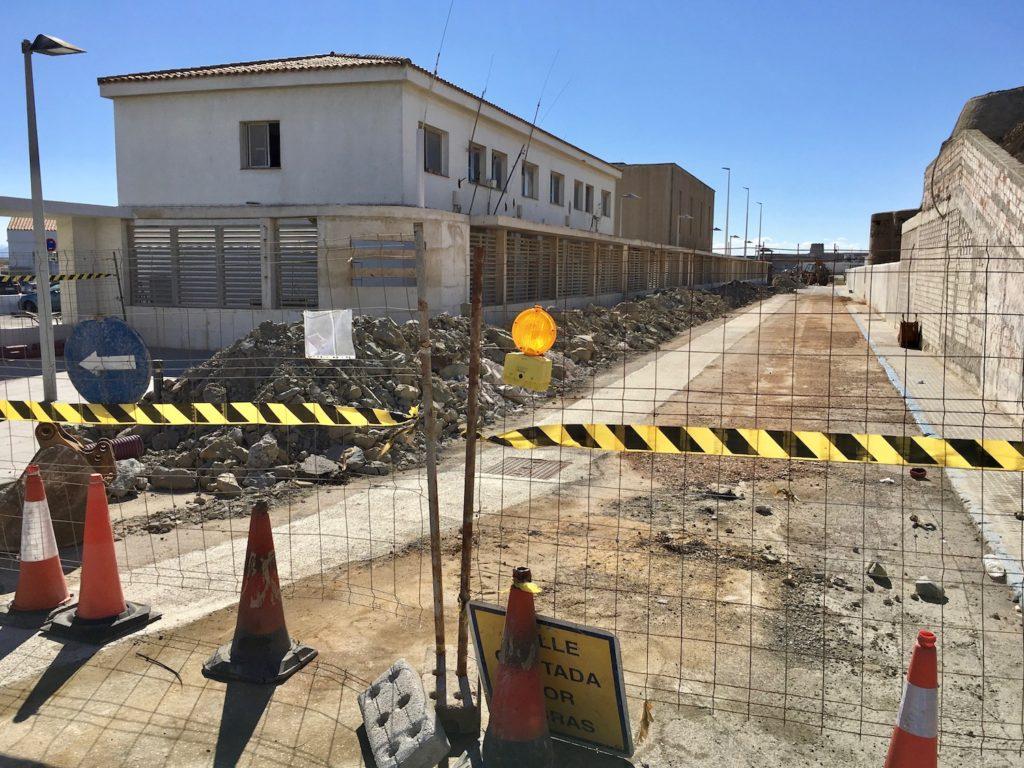 Strasse zum Punta de Tarifa, Andalusien, Spanien gesperrt