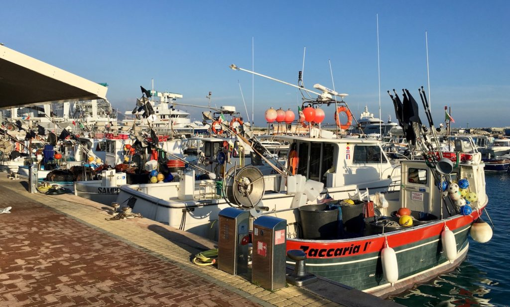 Fischerboote im Hafen von Loano, Ligurien, Italien