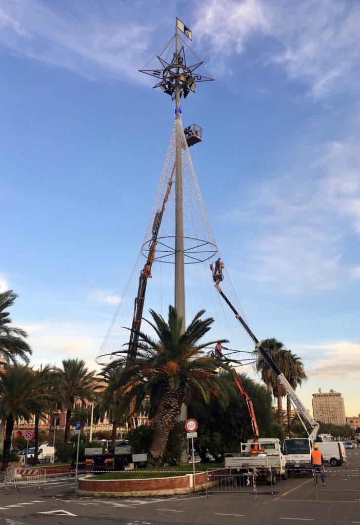 Weihnachtsbaum am Hafen von Cagliari, Sardinien, Italien
