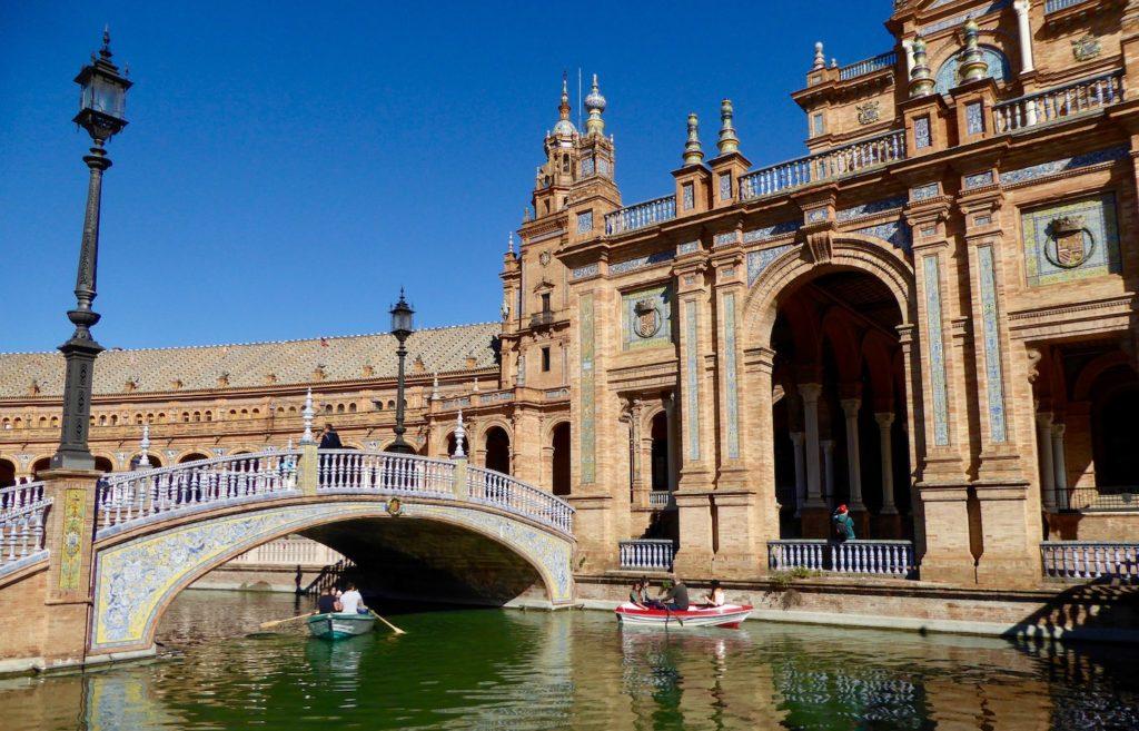 Kanal am Plaza de España, Sevilla, Spanien