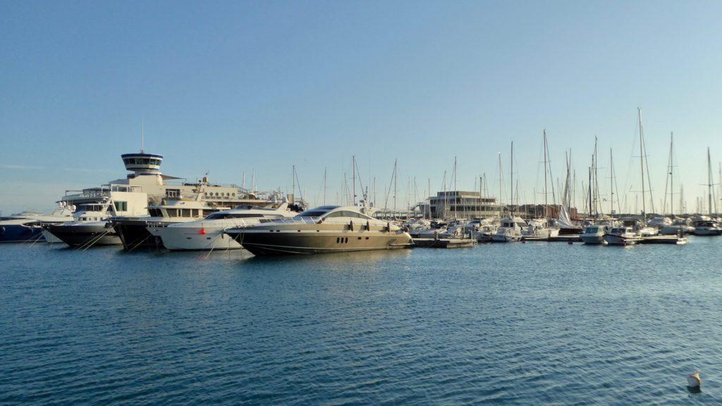 Yachten im Hafen von Loano, Ligurien, Italien