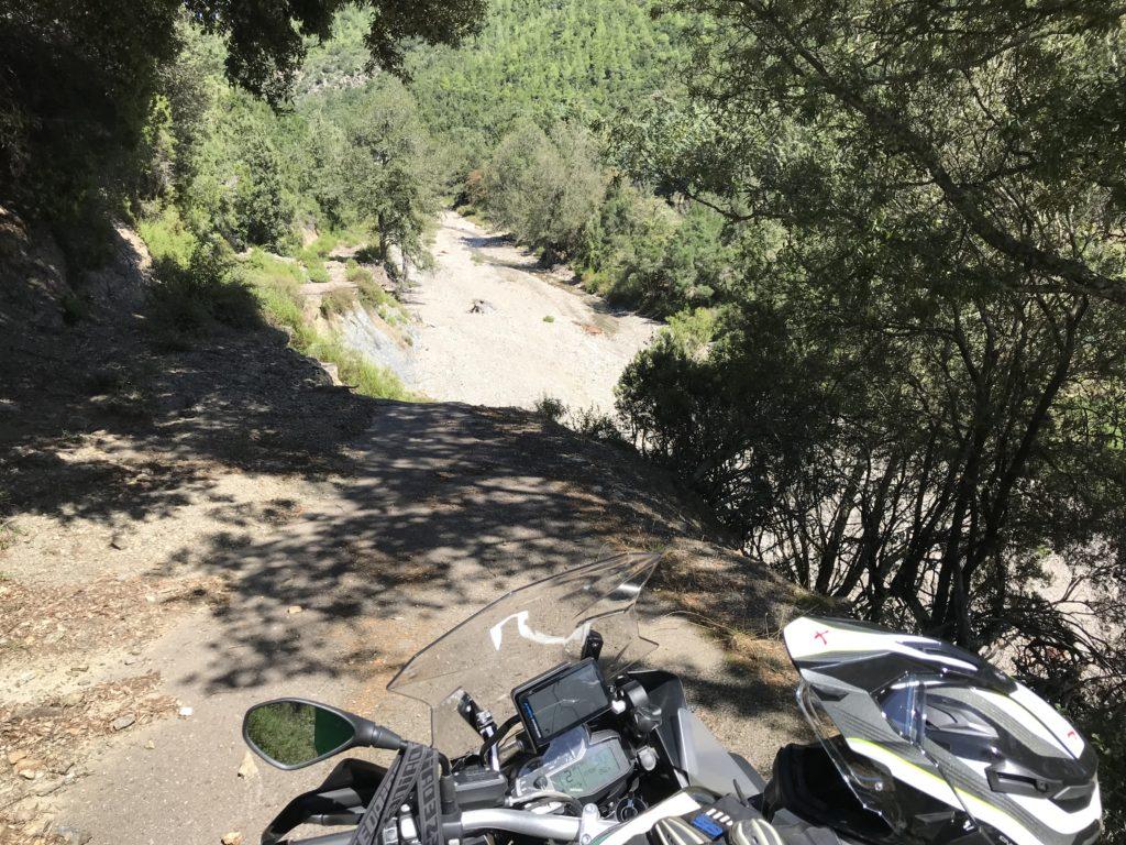 Wo die Strasse aufhört ging's 15 m ab senkrecht ins Flussbett