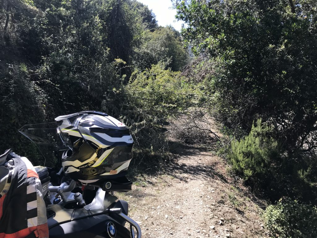 Erst Holz hacken, dann trotzdem Strasse vom Fluss verschluckt