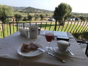 Frühstück auf Terasse mit Capuccino, Orangensaft, Schinken und Salami im Hotel S'Olia