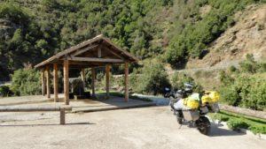 Brunnen im Unterstand mit Motorrad