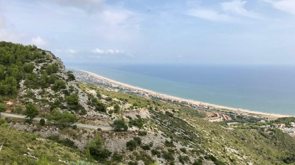 Ansicht auf Port Ginesta von der Bergstrasse aus gesehen